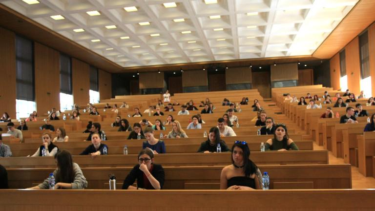 Кандидат-студентите трябва сами да плащат здравните си осигуровки